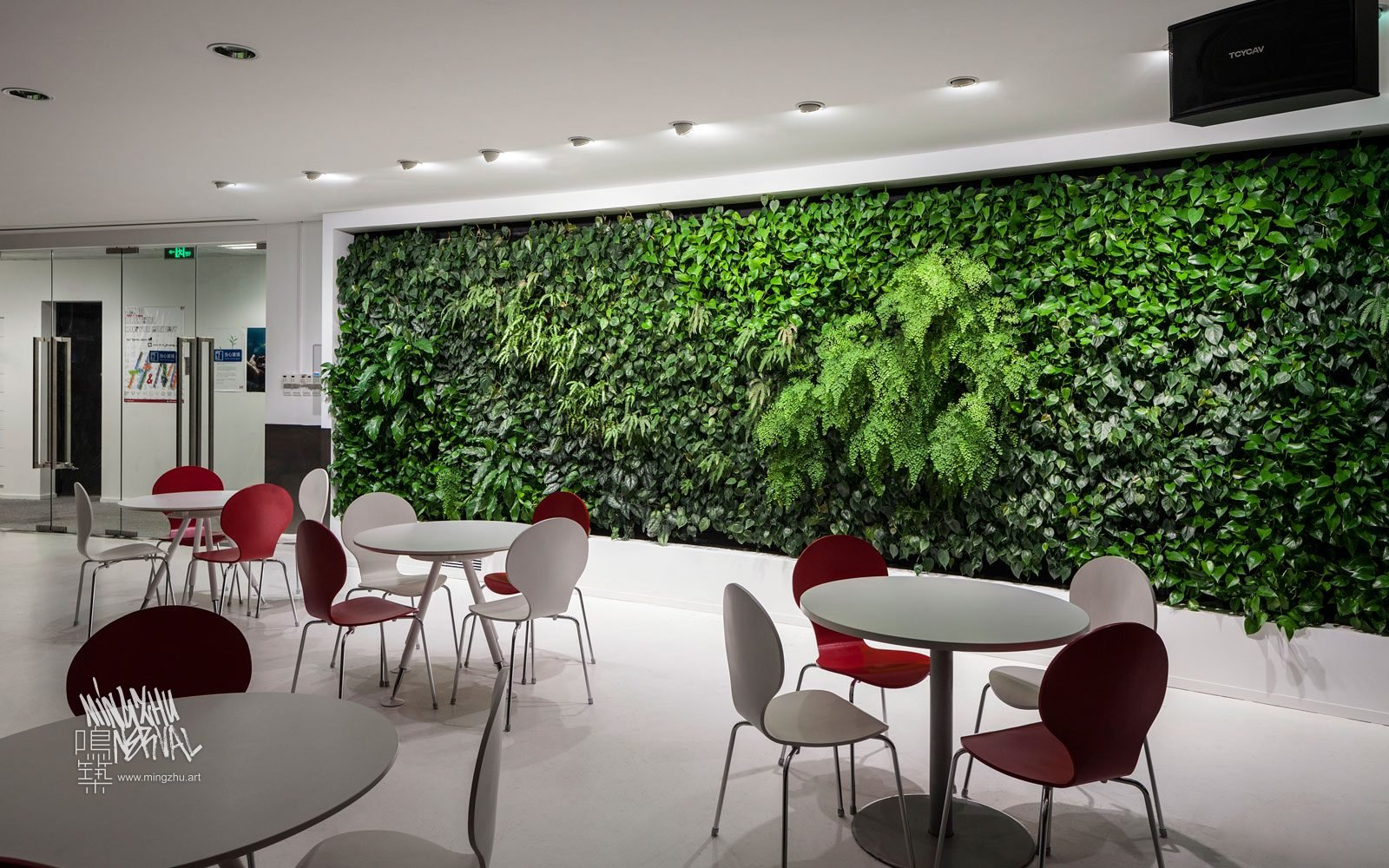 At Mingzhu Nerval, we thrive at creating the most beautiful vertical gardens in the world. For H&M, we created a classy living wall design - Shanghai, 2012.