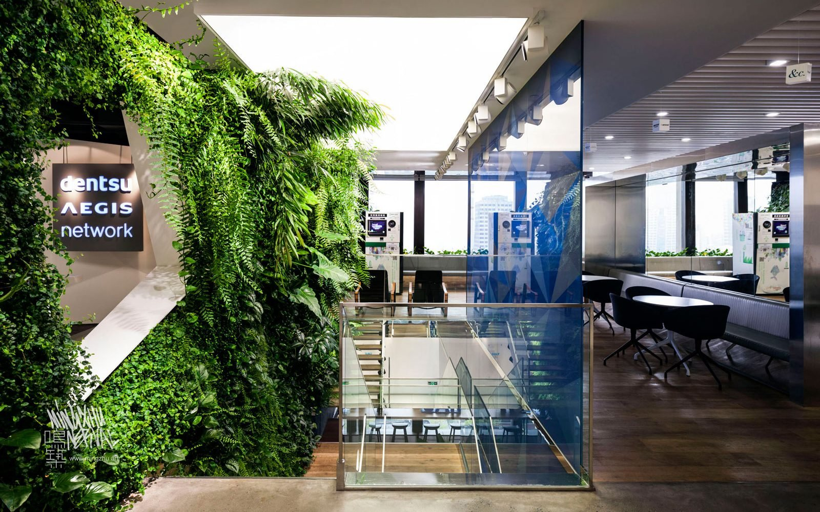 At Mingzhu Nerval, we thrive at creating the most beautiful vertical gardens in the world. For Dentsu Aegis, we created a terrific living wall design - Shanghai, 2016.